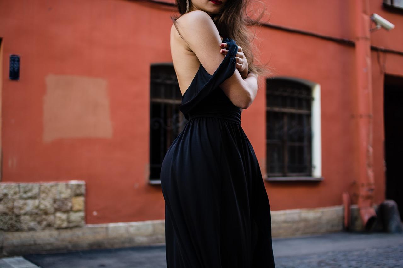 Który butik oferuje dopasowane sukienki?