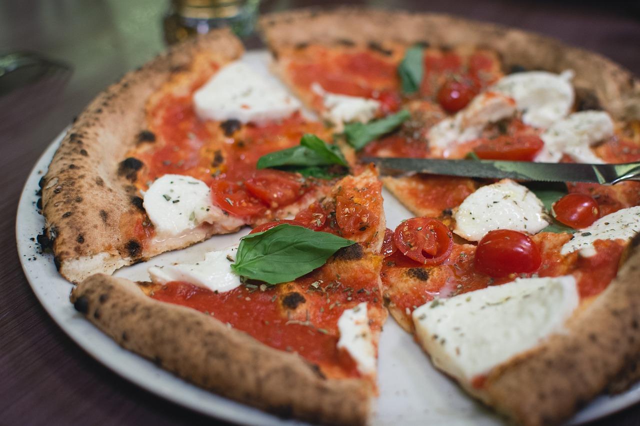 Pizza: danie, które we Wrocławiu zamówisz także nocą